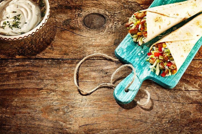 Fajitas del pollo servidos en la tabla de madera rústica fotos de archivo libres de regalías