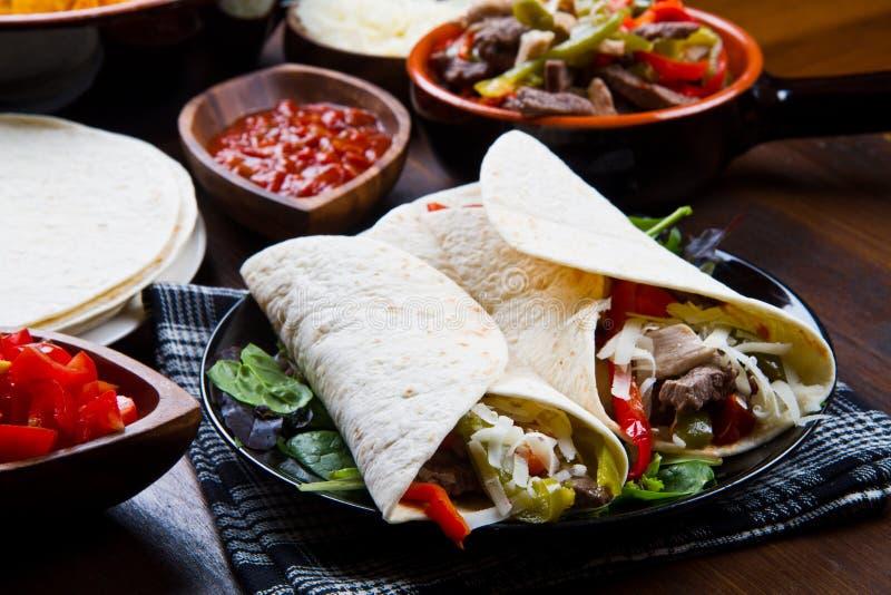 Fajitas faits maison de poulet et de boeuf avec des légumes et des tortillas images libres de droits