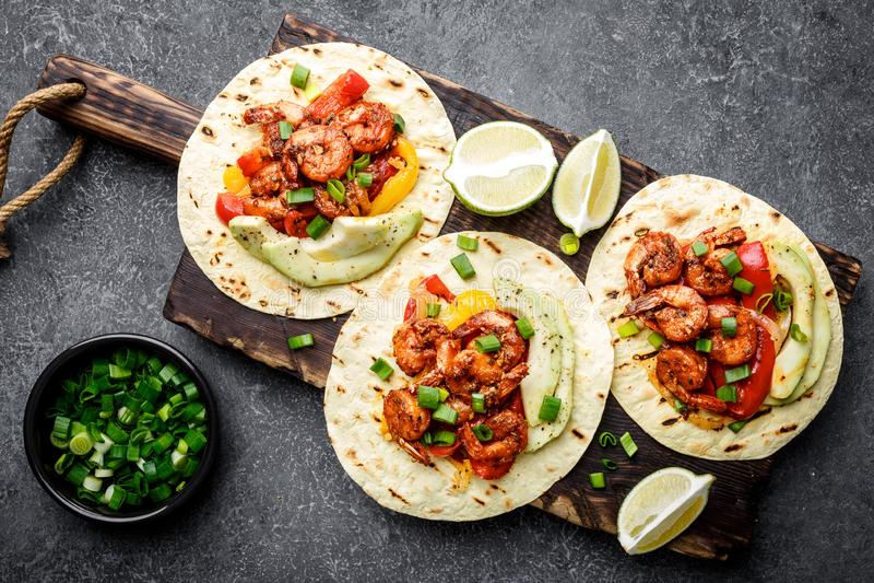 Fajitas i tortillor med den stekte räkor, spanska peppar och löken royaltyfria foton