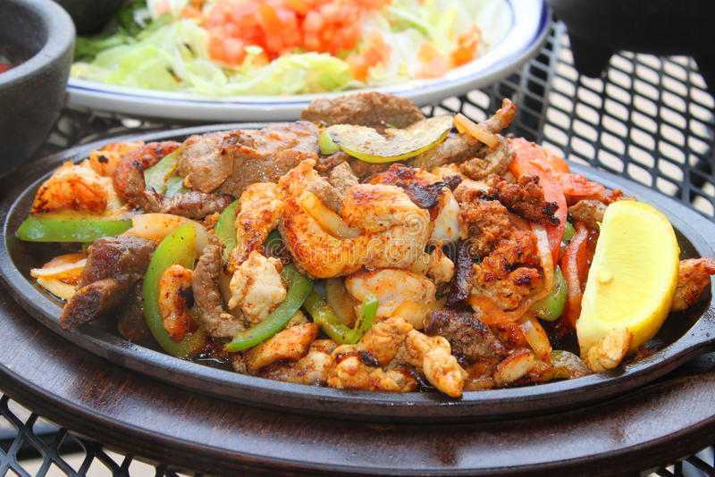 Fajitas und Salat stockfotos