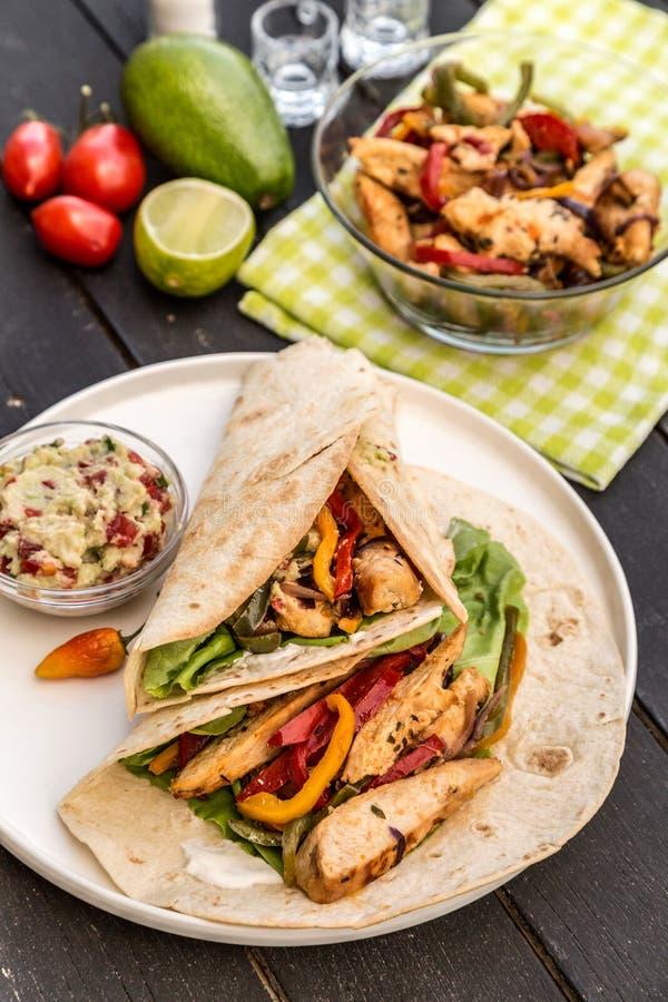Fajite casalinghe del pollo con le verdure fotografia stock libera da diritti