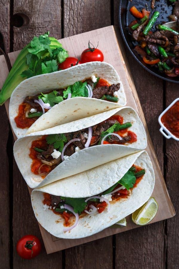 Fajite messicane con manzo e la paprica arrostita delle verdure, cipolla rossa, pomodoro Vista superiore fotografia stock libera da diritti