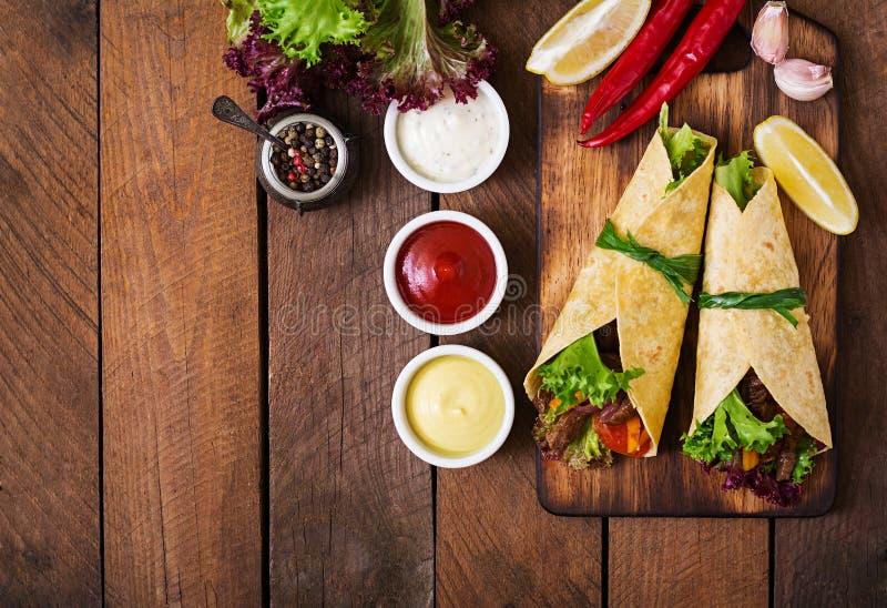 Fajite messicane per manzo e la paprica arrostita delle verdure, cipolla rossa, pomodoro fotografia stock