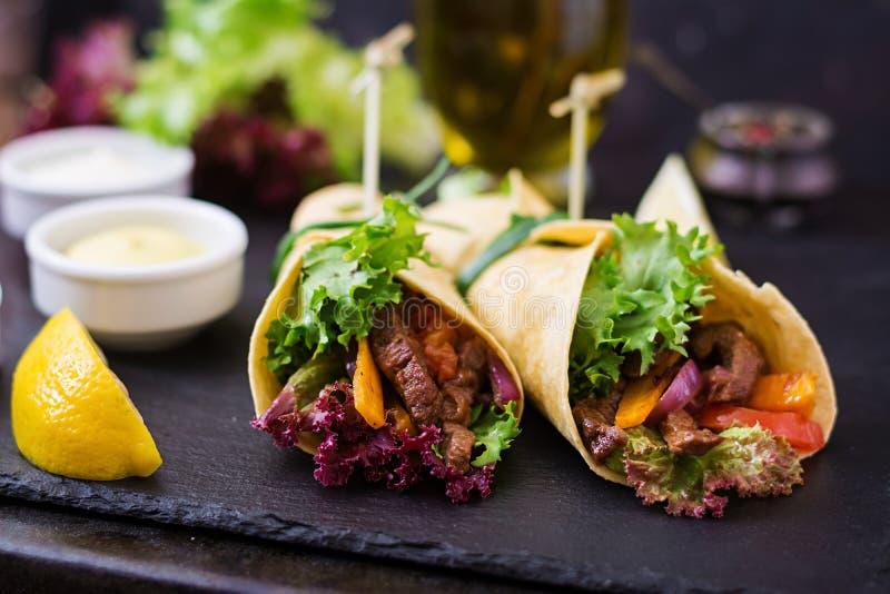 Fajite messicane per manzo e le verdure arrostite fotografia stock