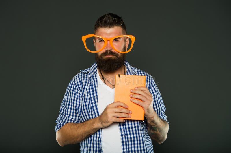 Fajtłapa jest modna Nauka głupka mienia książka Uniwersytecki męski uczeń z odczytowymi notatkami Książkowy głupek jest ubranym g zdjęcie stock