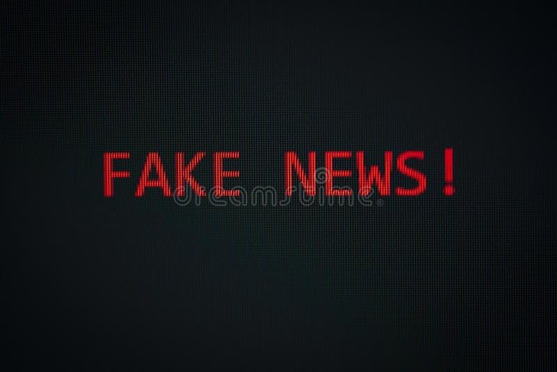 FAKE NEWS-Meldung auf dem Bildschirm schwarze Hintergrundtechnologie Warncomputer oder Mobilfunk-Technologie / Lesen gefälschter  lizenzfreie stockbilder