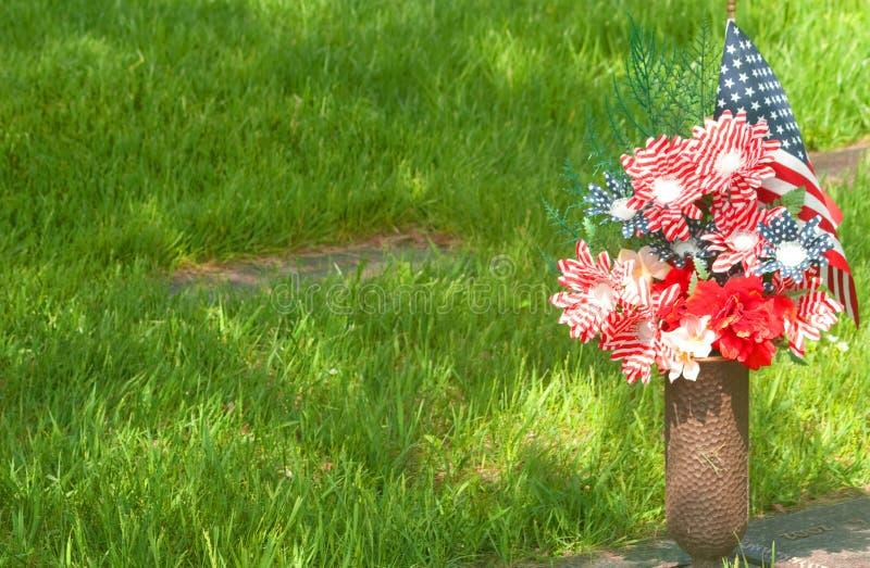 Fake Striping Red, White, Blue Blumen auf dem Friedhof der Veteranen lizenzfreie stockfotos