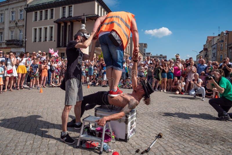 Fakir en acrobaat op het festival van de UFOstraat - internationale bijeenkomst van straatuitvoerders en actoren stock afbeelding