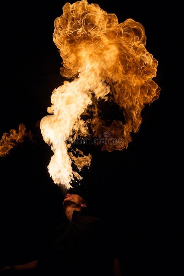 Fakir oddycha wystrzykania płomień zdjęcia royalty free