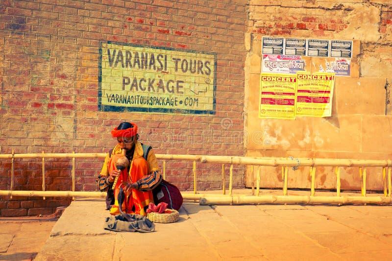 Fakir plaing z kobrą na kamiennych ghats Kashi fotografia stock