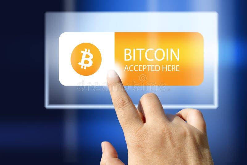 Faktisk pengarBitcoin cryptocurrency - Bitcoins som här accepteras royaltyfri foto