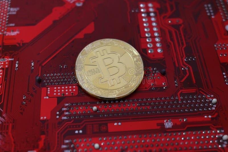 Faktiskt mynt, bitcoin på strömkretsbräde Cryptocurrency begrepp guld- modell 2018 för bitcoin serie royaltyfri fotografi