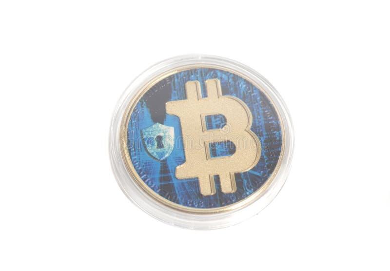 Faktiskt mynt för blå bitcoin på vit bakgrund arkivbild