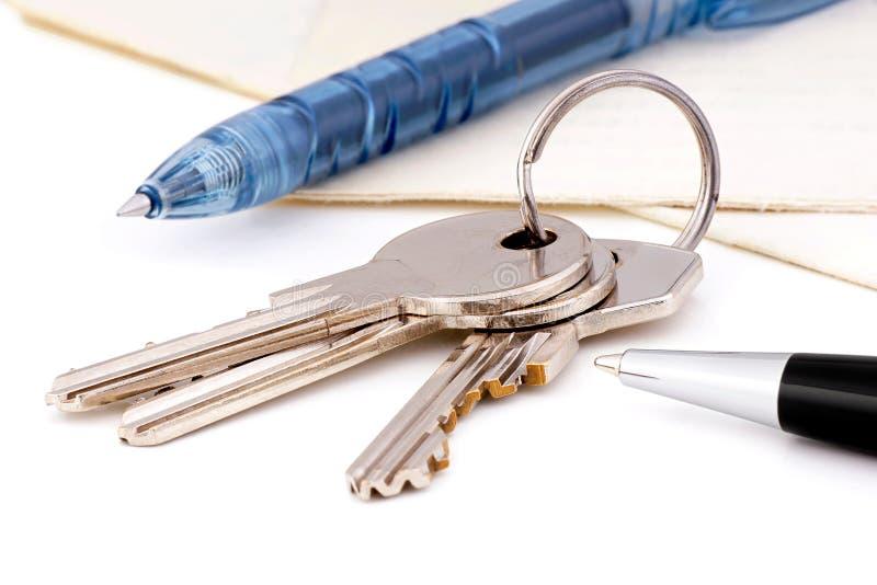 faktorskiej tła nieruchomości ostrości gviving dom odizolowywał kluczy nowego właściciela istnego pośrednik handlu nieruchomościa zdjęcia royalty free