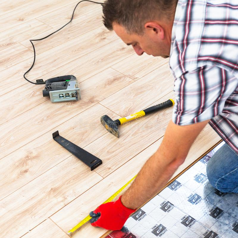 Faktotum som installerar det nya pläterade golvet fotografering för bildbyråer
