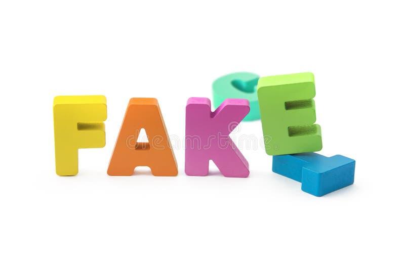 Faktum eller att fejka begreppet, bokstäver 3D på vit isolerad bakgrund fejka ersättningen för faktum royaltyfri fotografi