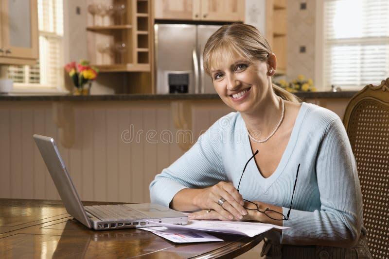 fakturerar datoren som betalar kvinnan arkivfoton