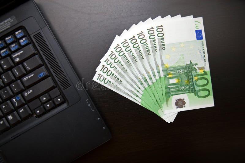 fakturerar euro hundra bärbar dator en arkivfoto