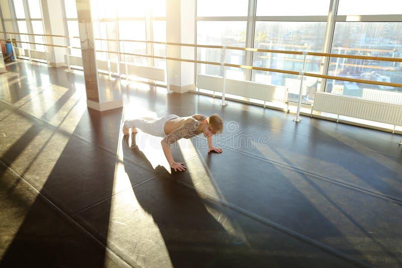 Fakultet fizycznej edukaci uczeń w sportswear należnie d zdjęcie stock