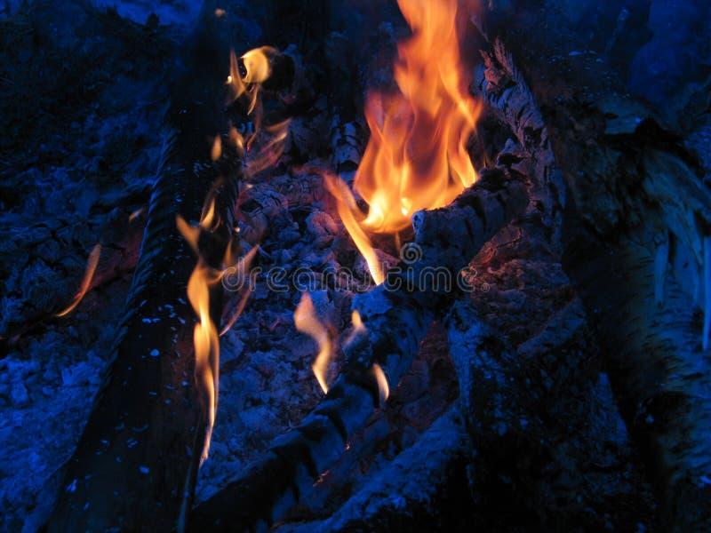 Falò bruciato alla notte fotografia stock