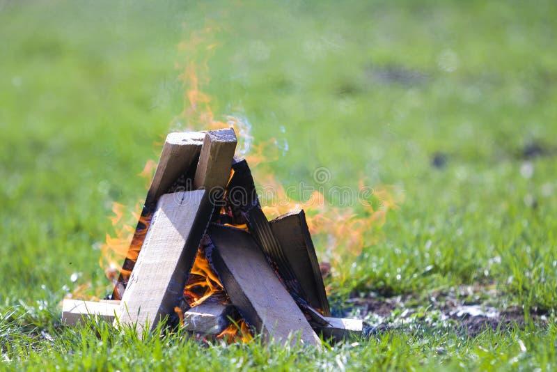 Falò d'ardore sulla natura Plance di legno brucianti fuori sul riassunto fotografie stock