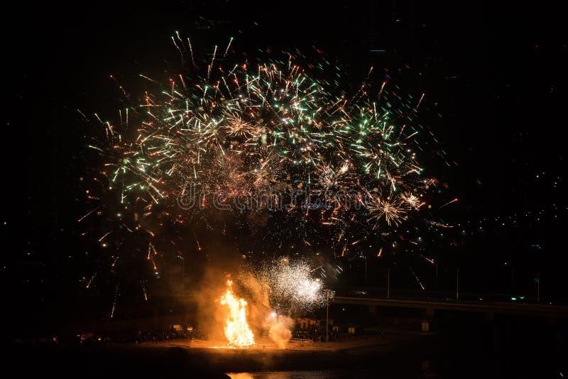 Falò e fuochi d'artificio per la celebrazione della prima luna piena di 2019 fotografia stock