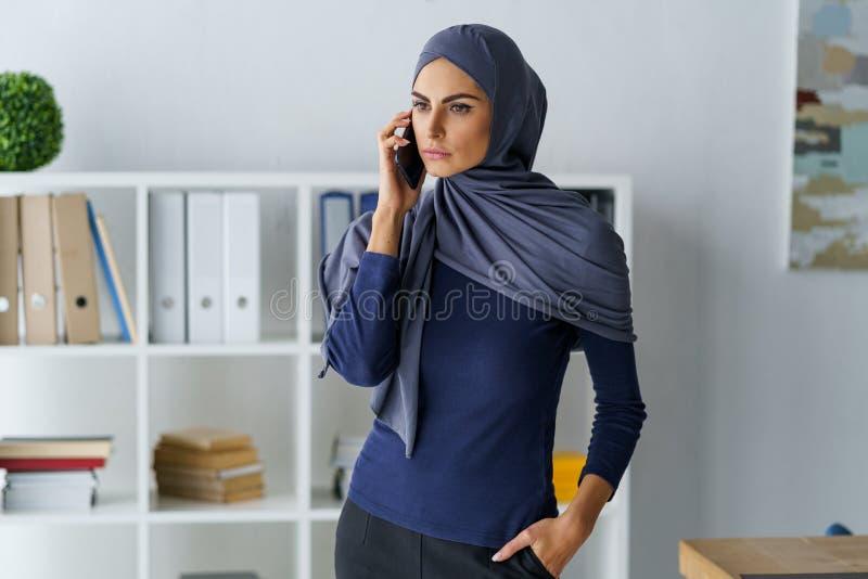 Fala árabe segura da mulher imagens de stock