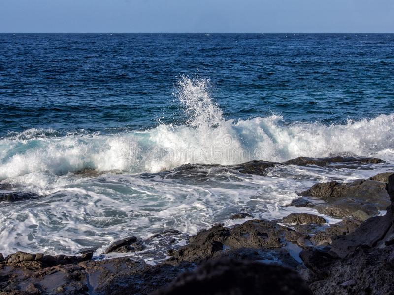Fala łama na skale, Pantelleria, Włochy zdjęcie stock