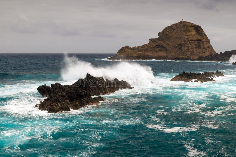 Fala atlantyckie oceanu uderzenia skały na wybrzeżu madera Są obrazy royalty free