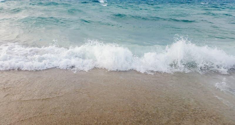 Fala b??kitny ocean na piaskowatej pla?y lata tle obraz royalty free
