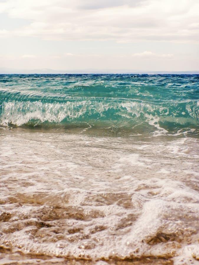 Fala b??kitny ocean na piaskowatej pla?y lata tle zdjęcie stock