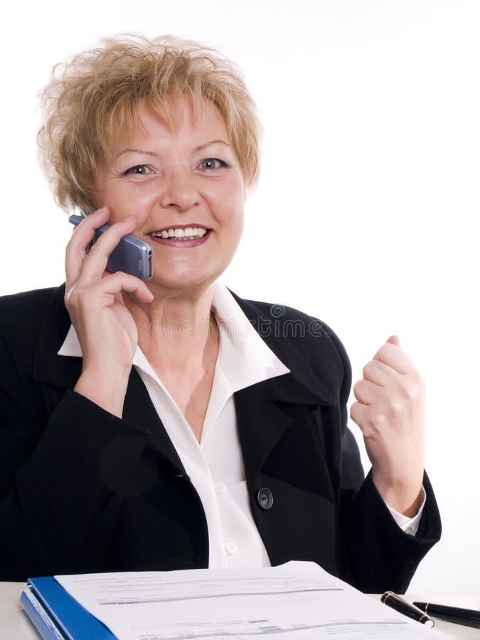 fala buisinesswoman pelo telefone móvel fotografia de stock