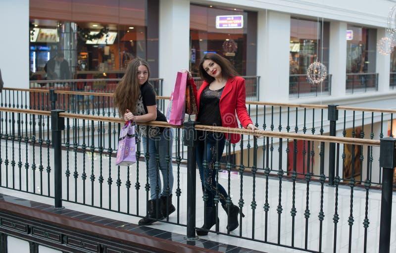 Fala de duas mulheres fotografia de stock royalty free