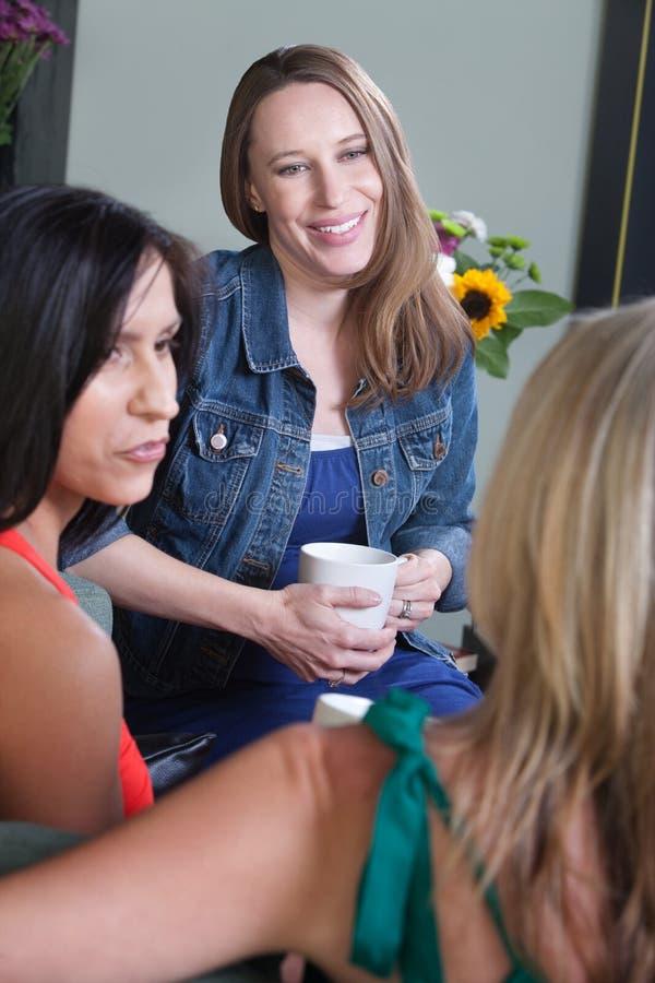 Fala de três mulheres foto de stock