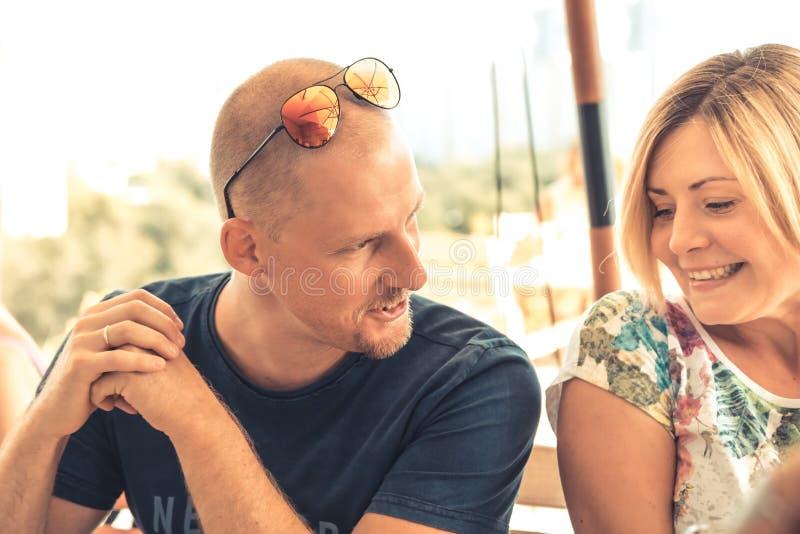 Fala flertando do homem com o recolhimento bonito novo da namoradeira do conceito da mulher imagens de stock royalty free