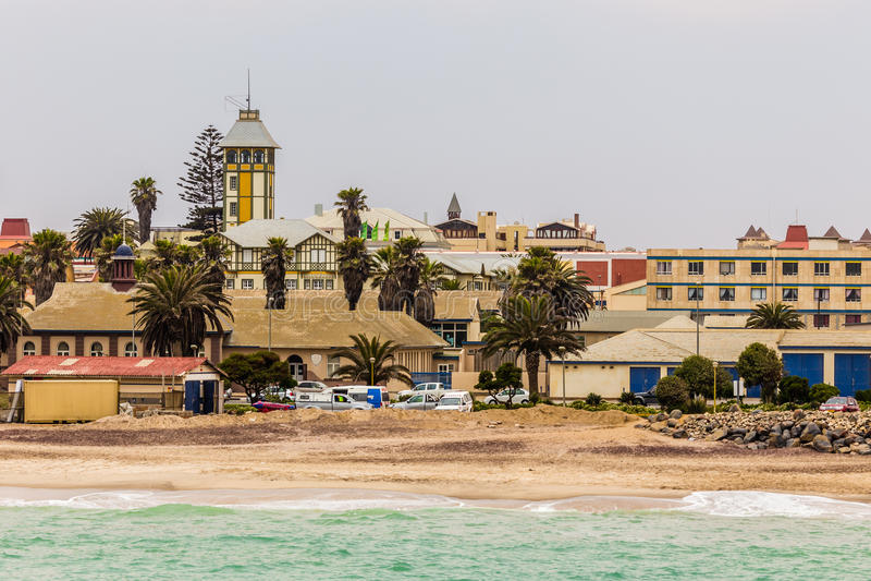 Fala i linia brzegowa Swakopmund Niemiecki kolonialny miasteczko, Nami zdjęcia royalty free