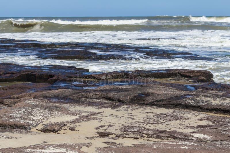 Fala i niebieskie niebo przy Torres plażą fotografia stock