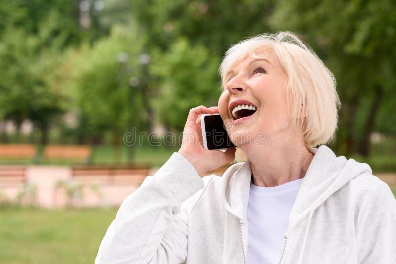 fala idosa de riso da mulher imagens de stock