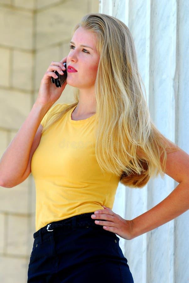 Fala modelo adolescente no telefone de pilha. imagens de stock