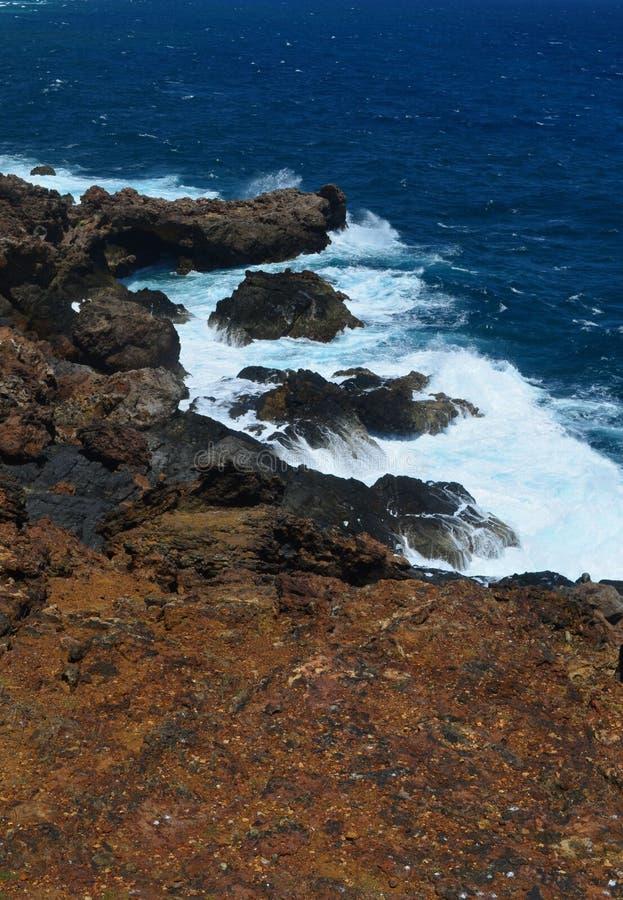 Fala Myje Dalej skały Jutting W ocean zdjęcia royalty free