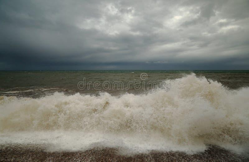 Fala na otoczak plaży obraz stock