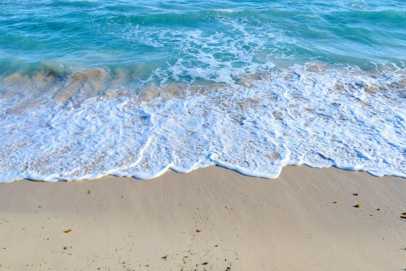 Fala na piaszczystej plaży zdjęcia stock