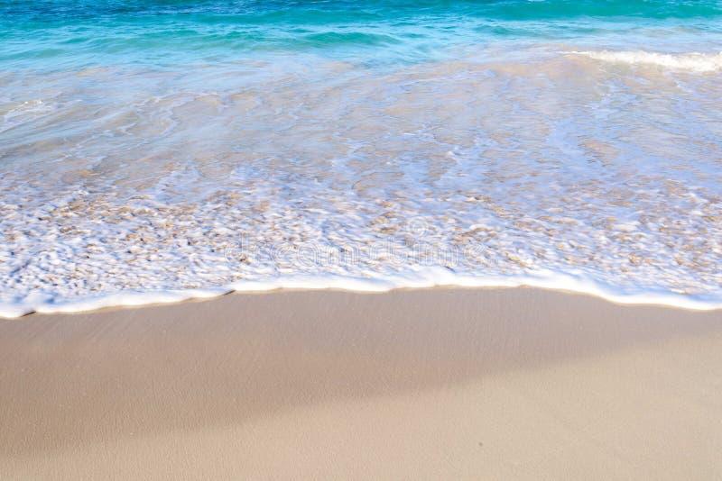 Fala na piaszczystej plaży zdjęcie stock