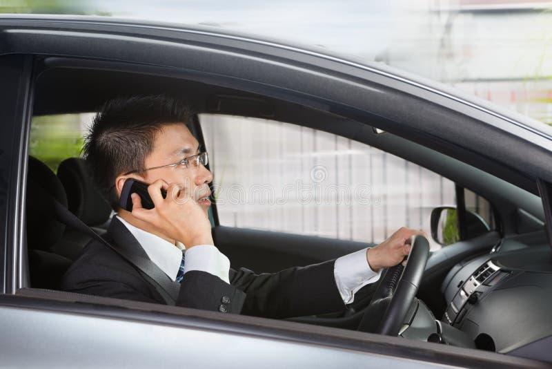 Fala no telefone ao conduzir foto de stock