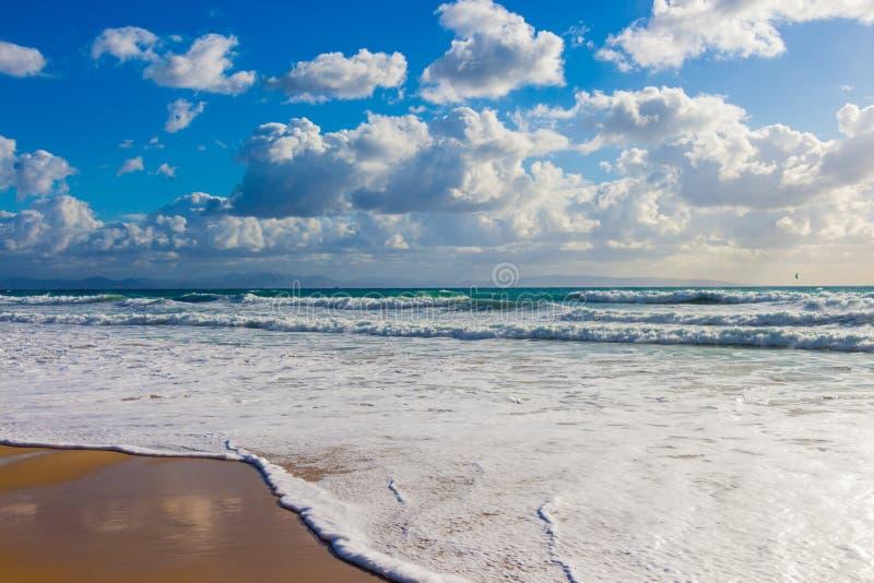 Fala ocean na piasku wyrzucać na brzeg w Hiszpania fotografia royalty free
