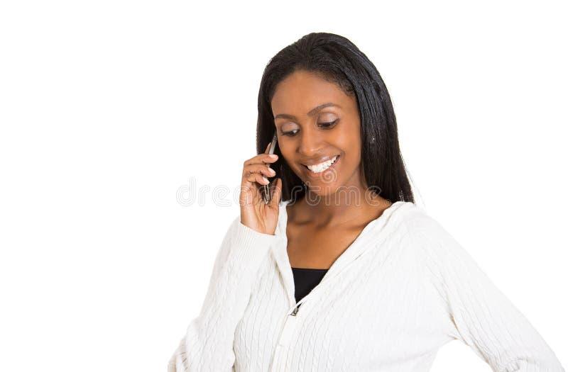 Fala profissional da mulher atrativa feliz nova no smartphone da pilha fotos de stock