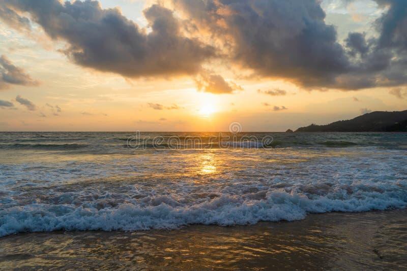 Fala przy Phuket plażą, Andaman morze przy zmierzchem w Tajlandia Natury nieba t?o zdjęcia royalty free