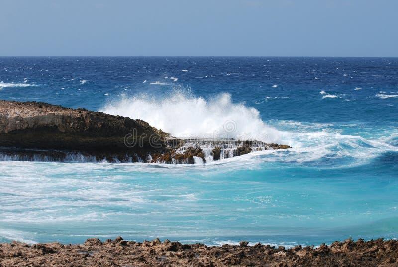 Fala Rozbija Na Lawowych skałach na Południowej poradzie Aruba obraz stock