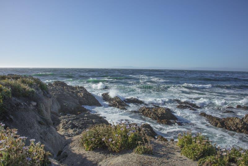 Fala Rozbija na skałach Fanshell Przegapiają 17 mil prowadnikowy Kalifornia obrazy stock