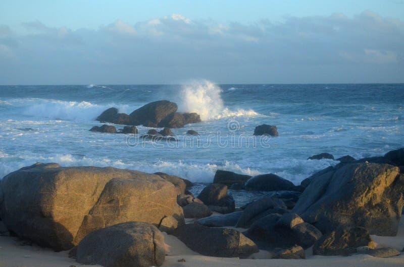 Fala Rozbija skały Wzdłuż Aruba ` s i Wali Suną zdjęcie royalty free